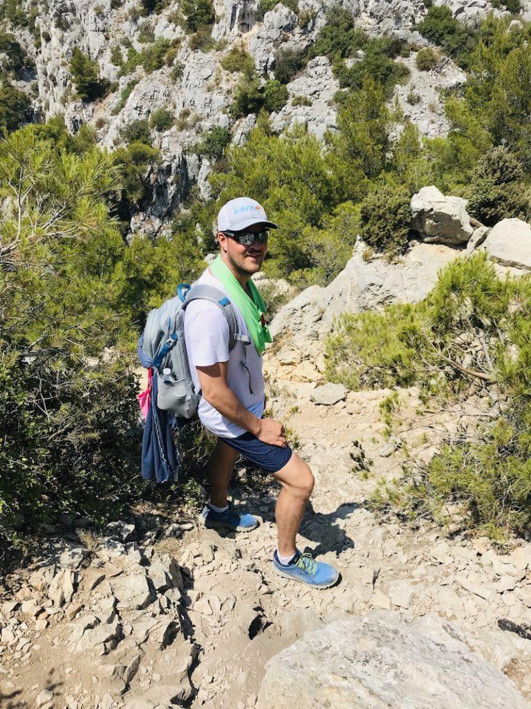Mann oben auf einer Felsklippe bei den Calanques in Cassis
