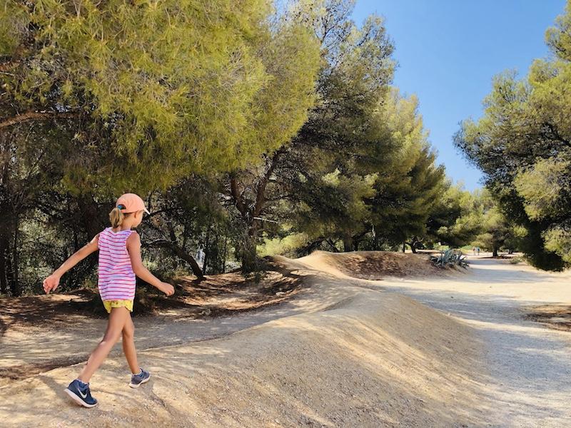 Kind wandert bei Port Miou, Calanques bei Cassis