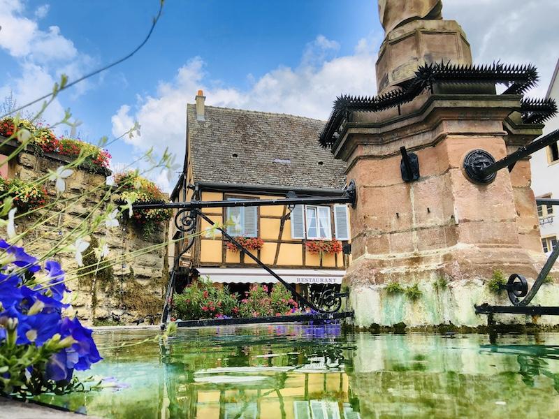 Blick auf einen Brunnen in Eguisheim, Elsass