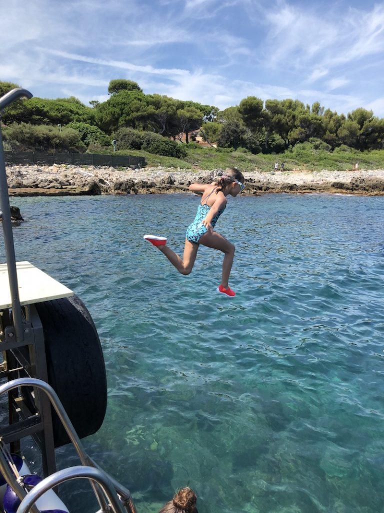 Mädchen springt ins Wasser am Cap d'Antibes