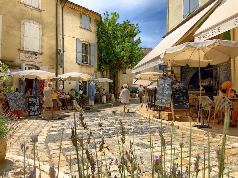 Gasse in Lourmarin, Provence, Südfrankreich