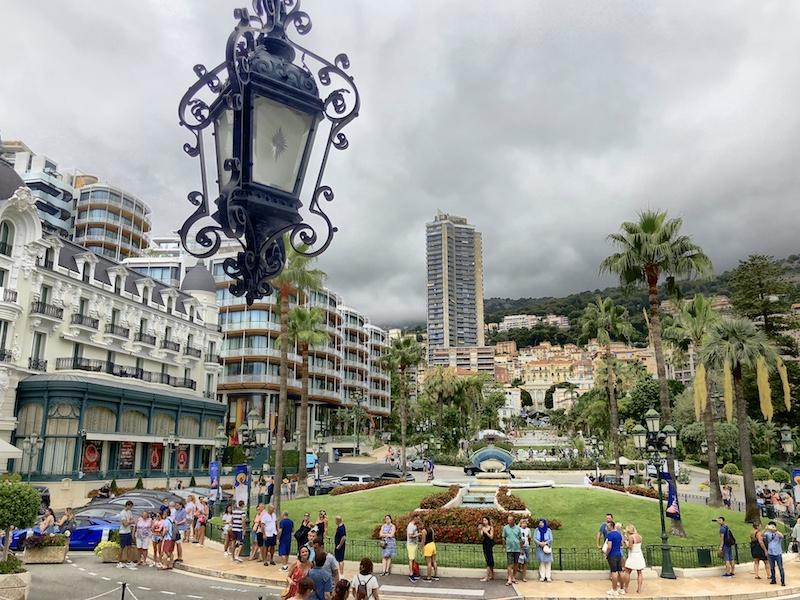 Blick auf den Platz vor dem Casino Monte Carlo in Monaco
