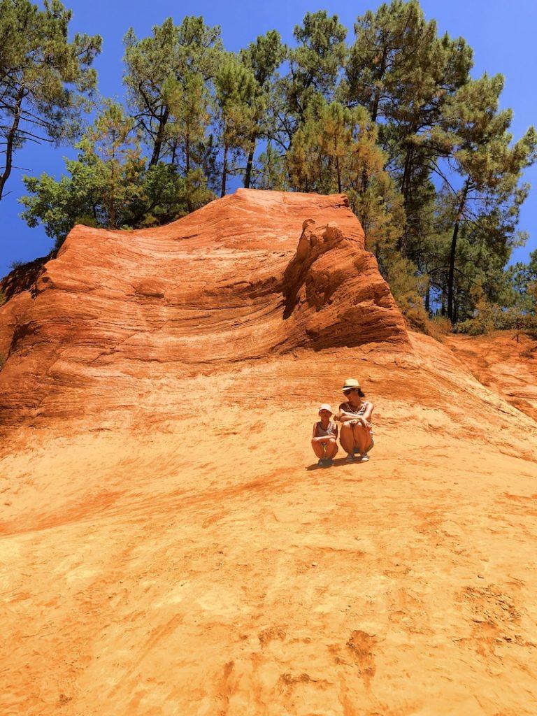 Frau mit Kind bei den Ockerfelsen bei Roussillon