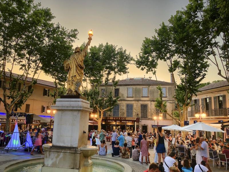 Platz mit tanzenden Menschen in Saint-Cyr-sur-mer