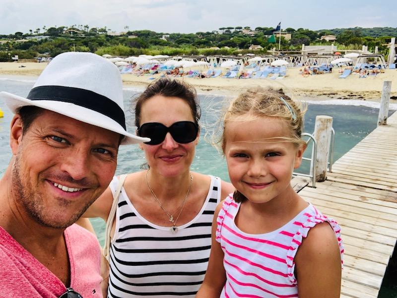 Familie am Strand vor dem Le Club 55, St. Tropez