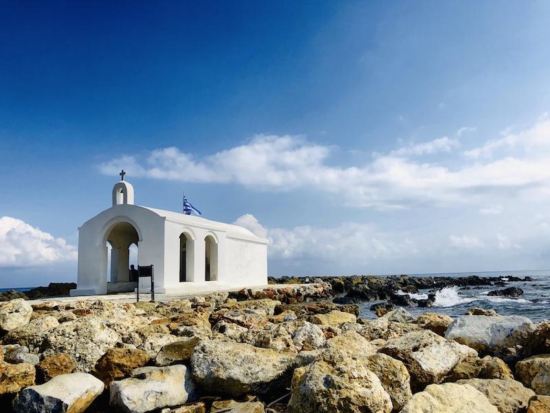 Weiße Kapelle im Meer auf Kreta