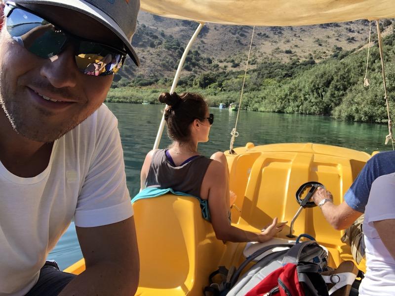 Auf dem Kournas Süßwassersee mit dem Tretboot, Kreta