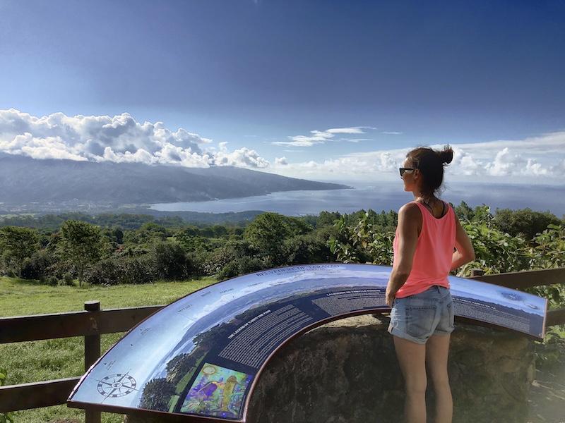 Frau am Belvedere Viewpoint, Tahiti Iti, Südsee Urlaub