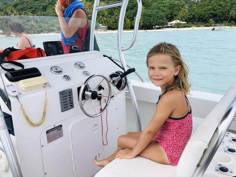 Maupiti Ausflug, Südsee Urlaub, Mädchen am Steuer eines Motorbootes