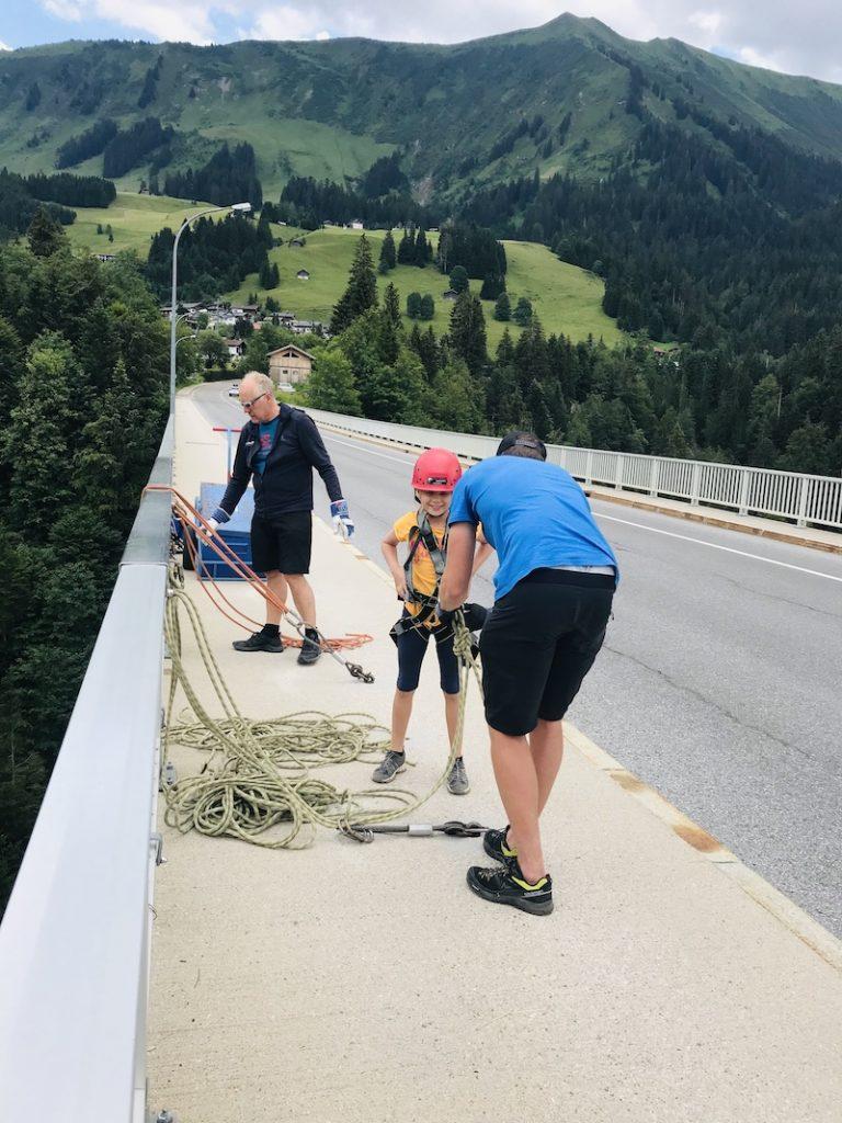 Abseilen von einer Brücke, Bergfreunde
