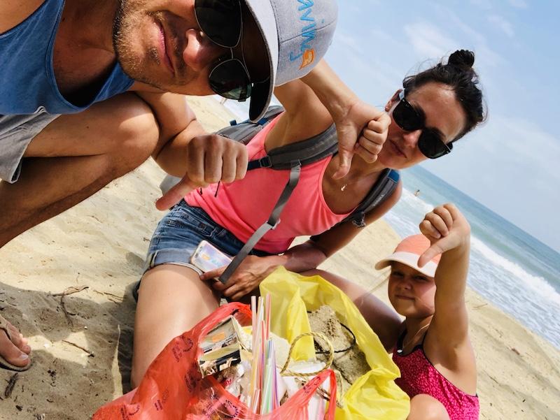 Cleanup in Vietnam, Familie sammelt Müll am Strand