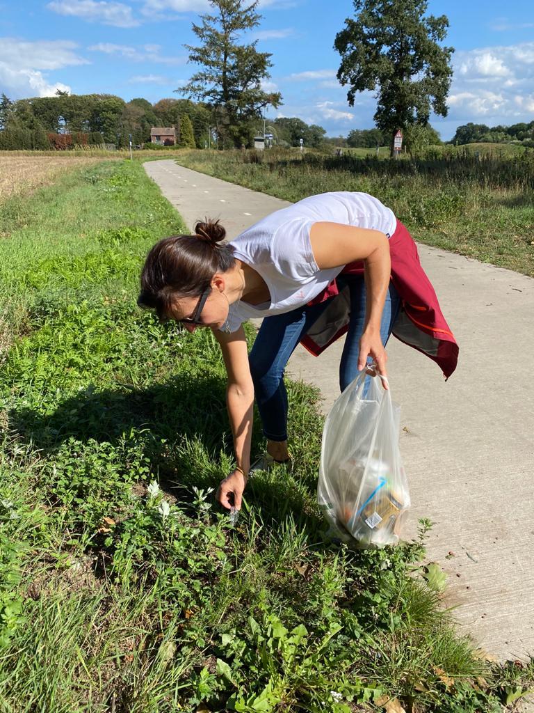 Frau sammelt Müll während einer Wanderung